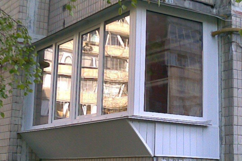 Остекление балконов и лоджий с выносом подоконника в москве .